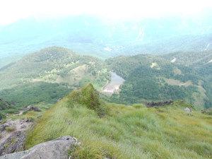 山頂から弥陀ヶ池の眺め