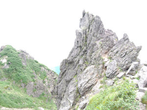 山頂の裏側の岩場